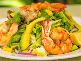Salad with grilled shrimp, avocado and mango.